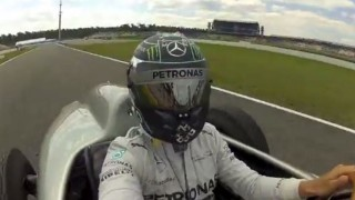 Nico Rosberg si fa un selfie sulla Mercedes W196.