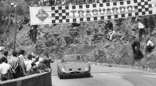 La Ferrari 250 GTO Berlinetta in gara su una strada di montagna.