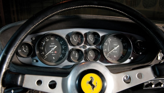 Il quadro strumenti di una Ferrari 365 TGB/4 Daytona