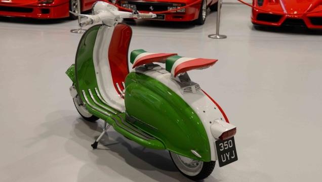 La Lambretta LI dipinta con il tricolore.
