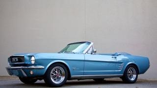 Ford Mustang. La replica di Revology Cars.