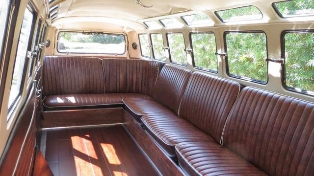 Volkswagen Transporter. Il salotto può ospitare 12 persone.