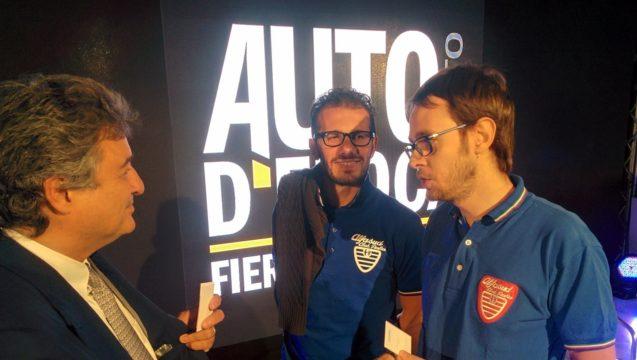 I ragazzi dell'Alfasud Club Italia consegnano la tessera onoraria a Fabrizio Giugiaro, figlio di Giorgetto.