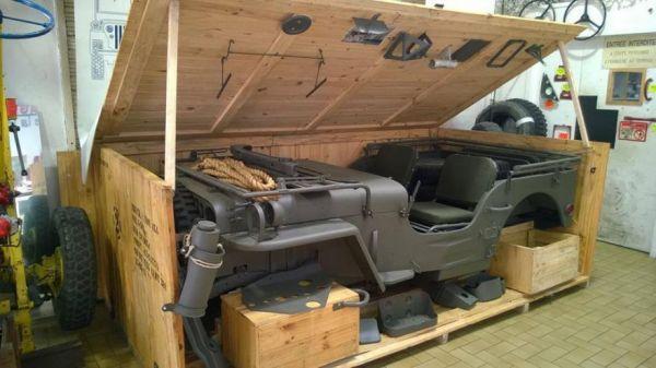 Una Jeep-Willys nel suo scatolone.