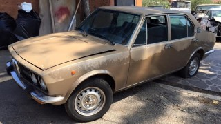 Una Alfa Romeo Alfetta da restaurare.