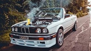 La BMW E30 a fuoco.