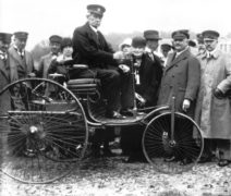 Carl Benz sulla Patent Motorwagen.