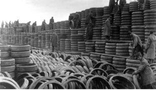 Una pila di pneumatici.