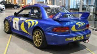 Il retro dell'auto da rally.