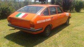 Il retro della Lancia Beta con il tricolore.