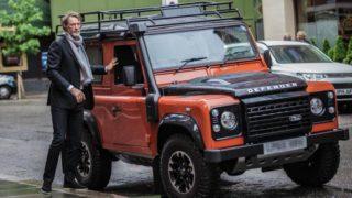 Jim Ratcliff con il suo Land Rover Defender.