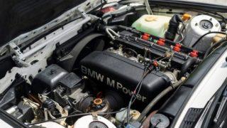 Il motore a sei cilindri in linea.
