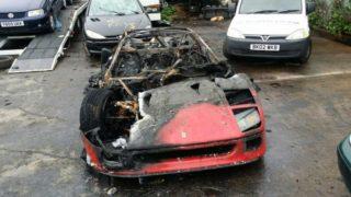 Questa Ferrari F40 è bruciata. L'automobile ha preso fuoco dopo essere stata completamente restaurata.