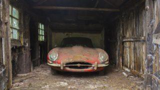 Questa Jaguar E-Type è stata abbandonata per molti anni in un fienile.