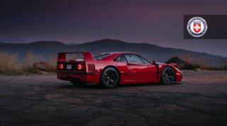 Ferrari F40, con cerchi neri ha ancora un design molto moderno.