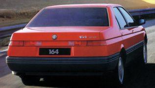 I caratteristici fanali posteriori della Alfa Romeo 164 sono un tratto distintivo di design.