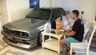 A colazione dopo aver parcheggiato dentro casa una BMW M3.