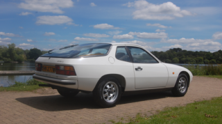 Il caratteristico retro della Porsche 924 è un elemento distintivo di questa auto d'epoca.
