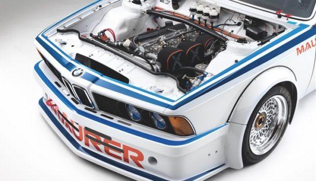 Il motore a sei cilindri in linea della BMW 635 CSi.