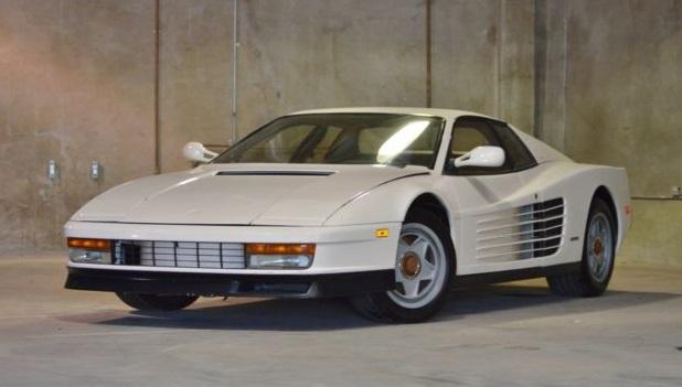 Una Ferrari Testarossa bianca.