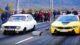 Una BMW i8 in pista contro una vecchia Dacia 1300 usata