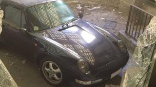 Una Porsche 911 abbandonata in un ospedale psichiatrico dismesso.