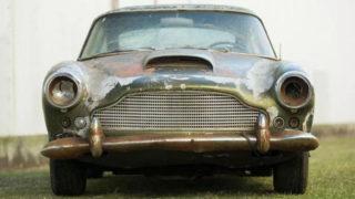 Questa auto d'epoca da restaurare costa molto.