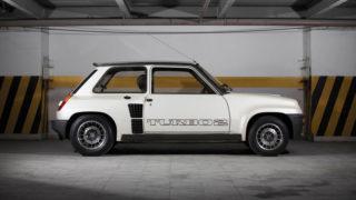 La riconoscibile fiancata della R5 Turbo.