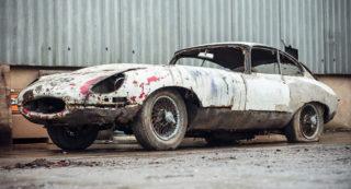 Una Jaguar E-Type abbandonata e in vendita.