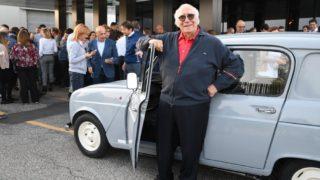 Giovanni Rana con la sua Renault 4.