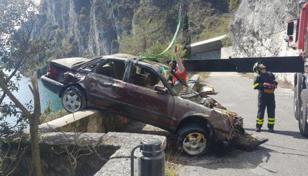 Auto ripescata nel lago di Garda.